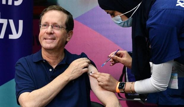 Tong thong Israel tiem mui thu ba vaccine phong ngua COIVD-19 hinh anh 1