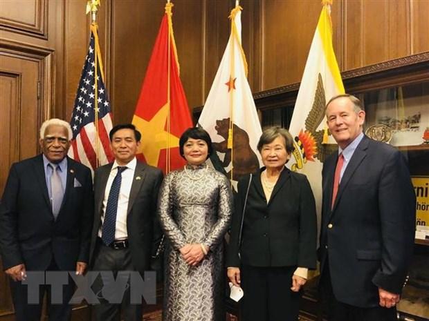 Tổng lãnh sự Nguyễn Trác Toàn và Đại diện thành phố San Francisco. (Ảnh: Cơ quan thường trú tại Washington)