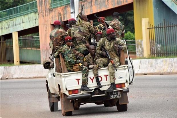 Lực lượng vũ trang Guinea tuần tra tại Kaloum, khu vực lân cận thủ đô Conakry sau vụ binh biến. Ảnh: AFP/TTXVN