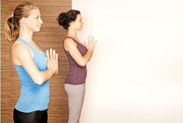 Nhung bai tap yoga giup nhanh chong cai thien tinh cam vo chong hinh anh 1
