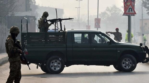 Xa sung nham vao xe cho giao vien o mien Tay Nam Pakistan hinh anh 1
