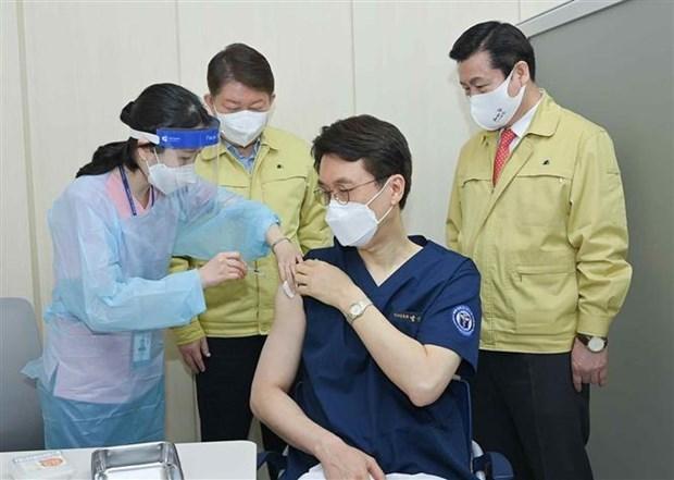 Cong ty Han Quoc giam gia de khuyen khich khach hang tiem vaccine hinh anh 1