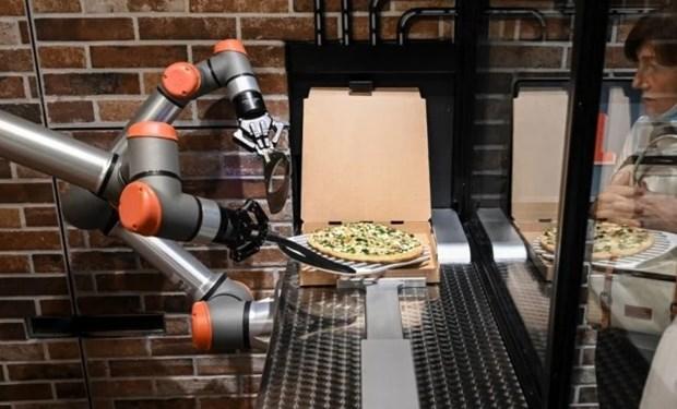 Doc dao cua hang pizza o Phap chi toan robot phuc vu hinh anh 1