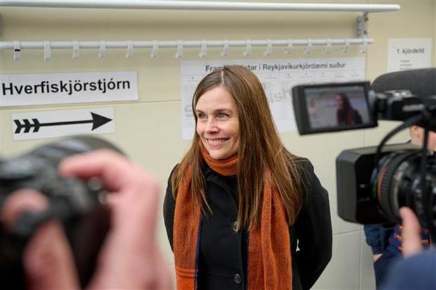 Thủ tướng Iceland Katrin Jakobsdottir phát biểu với báo giới sau khi bỏ phiếu bầu quốc hội tại điểm bầu cử ở Reykjavik, ngày 25/9/2021. (Ảnh: AFP/TTXVN)