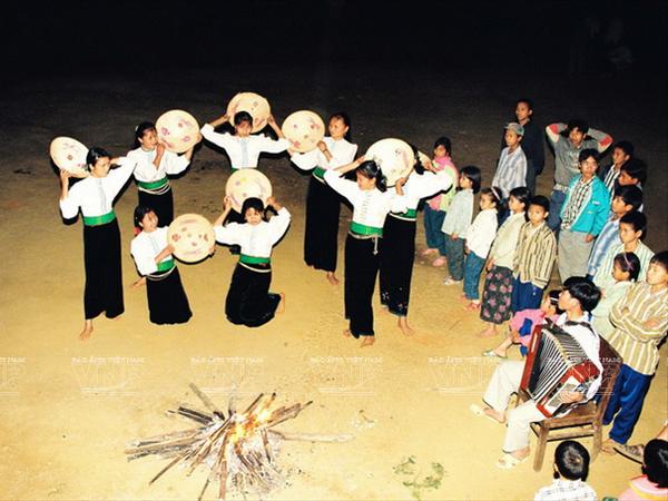 [Photo] Dam me voi nhung vu dieu cua nui rung Tay Bac hinh anh 13