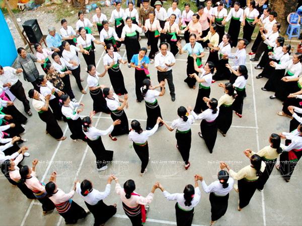 [Photo] Dam me voi nhung vu dieu cua nui rung Tay Bac hinh anh 6