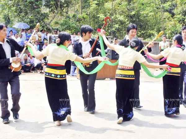 [Photo] Dam me voi nhung vu dieu cua nui rung Tay Bac hinh anh 10