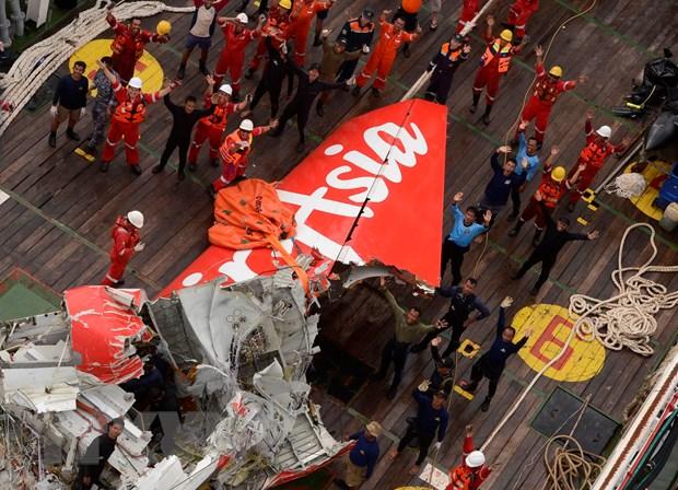 Tim kiem may bay AirAsia: Tiep tuc bat duoc tin hieu hop den hinh anh 1