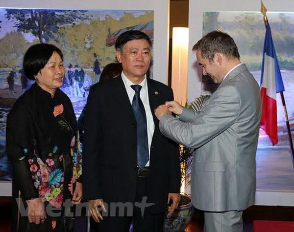 Phap trao huan chuong cho nguyen Giam doc Thu vien Quoc gia hinh anh 1