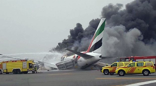 [Video] May bay UAE boc chay du doi khi ha canh o Dubai hinh anh 1