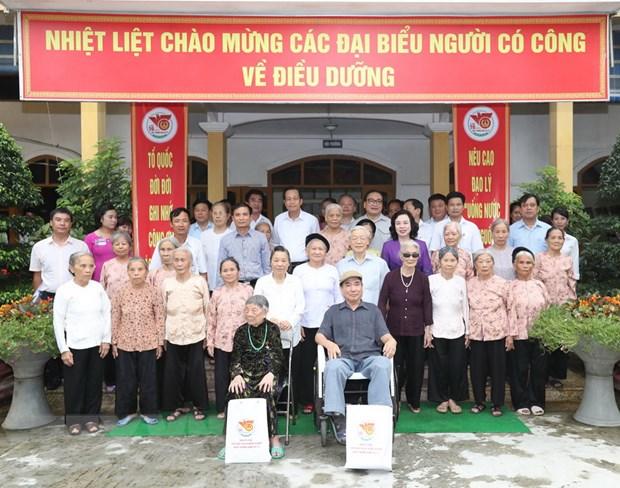 Tong Bi thu Nguyen Phu Trong tham, tang qua nguoi co cong o Ha Noi hinh anh 1