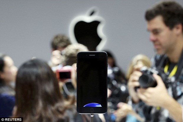 My mo dieu tra cao buoc Apple vi pham ban quyen sang che tren iPhone 7 hinh anh 1