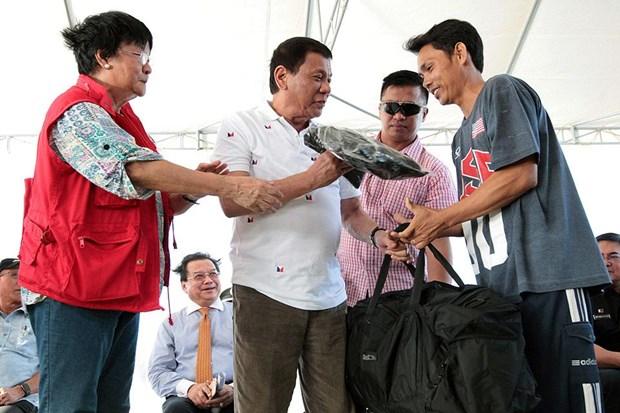 Tong thong Philipipnes tien cac ngu dan Viet Nam bi bat tro ve nuoc hinh anh 1