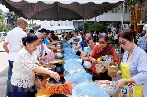 Cong dong nguoi Viet Nam tai Lao va Sec mung Dai le Phat dan hinh anh 2