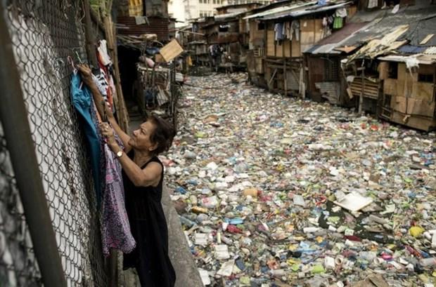 Philippines no luc lam sach con kenh bi o nhiem rac thai nhua o Manila hinh anh 1