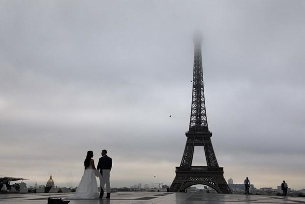 Khoang 450 tam kinh duoc lap duoi chan thap Eiffel de bao ve an ninh hinh anh 1