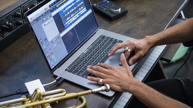 Apple bat ngo tung ra MacBook Pro moi voi bo xu ly nhanh hon hinh anh 1