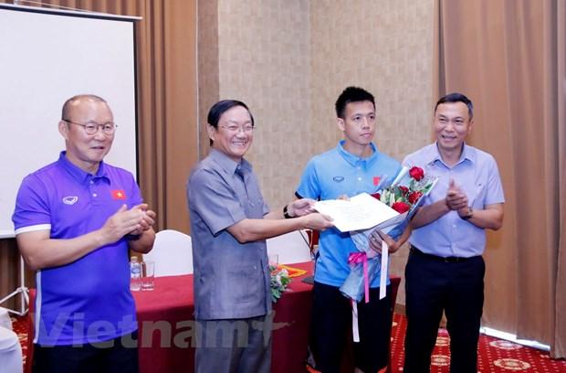 AFF Suzuki Cup: Dai su Viet Nam dong vien tinh than doi tuyen Viet Nam hinh anh 2