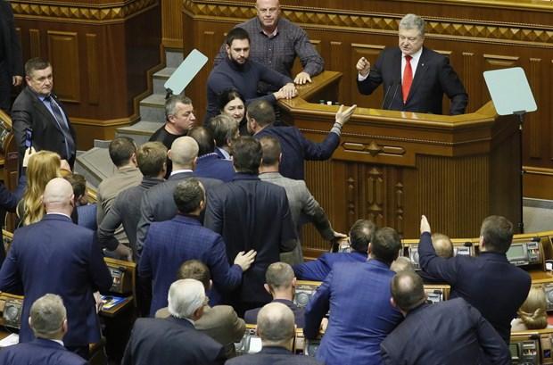 Quoc hoi Ukraine thong qua de xuat ap dat thiet quan luat hinh anh 1