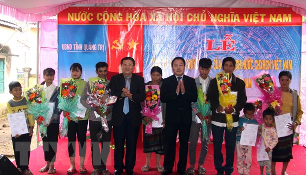 Quang Tri trao quyet dinh nhap quoc tich Viet Nam cho 119 nguoi Lao hinh anh 1