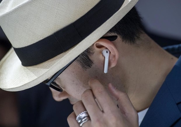 Tai nghe khong day AirPods cua Apple bi loi dung de nghe len hinh anh 1