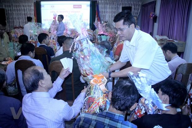 Mang Tet den voi ba con Viet kieu, nguoi Campuchia ngheo o Phnom Penh hinh anh 1