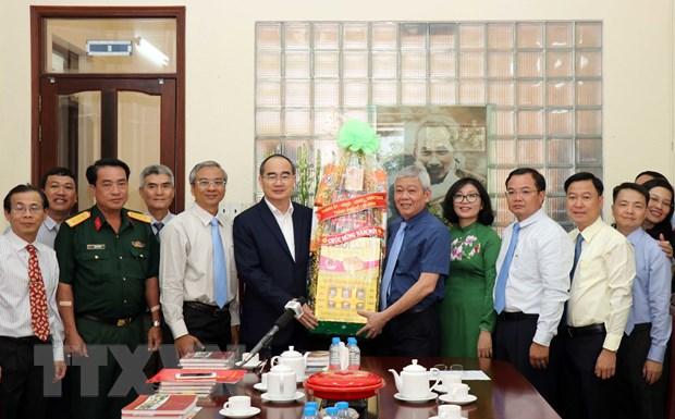 Bi thu Nguyen Thien Nhan chuc Tet quan huyen, co quan bao chi TP.HCM hinh anh 1