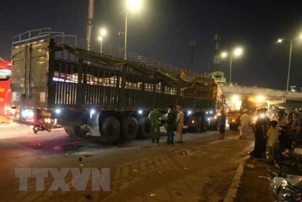Thanh pho Ho Chi Minh: Va cham voi xe dau keo, 2 nguoi tu vong hinh anh 1