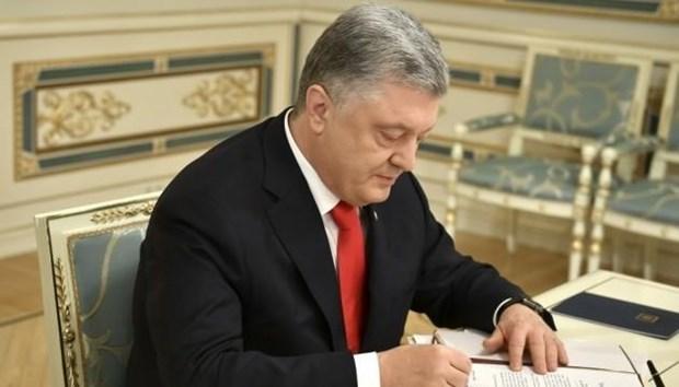 Tong thong Poroshenko ky sac lenh chuong trinh hop tac Ukraine-NATO hinh anh 1