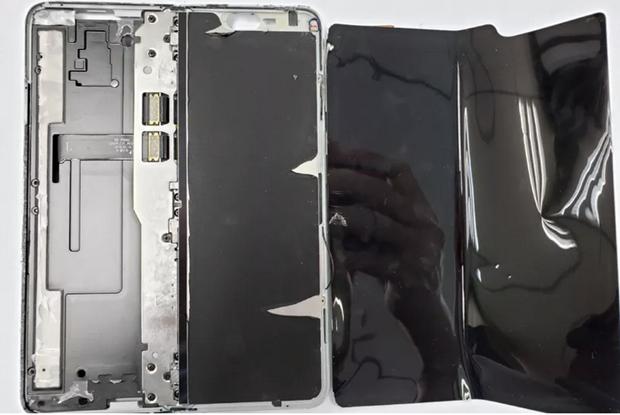 'Mo may' Samsung Galaxy Fold, phat hien ben trong rat lon xon hinh anh 1