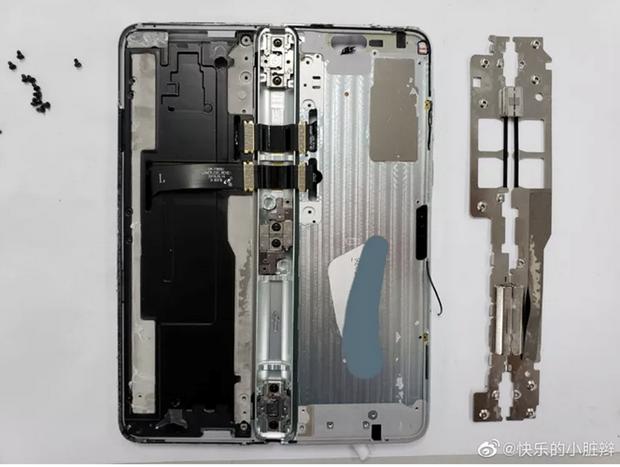 'Mo may' Samsung Galaxy Fold, phat hien ben trong rat lon xon hinh anh 2