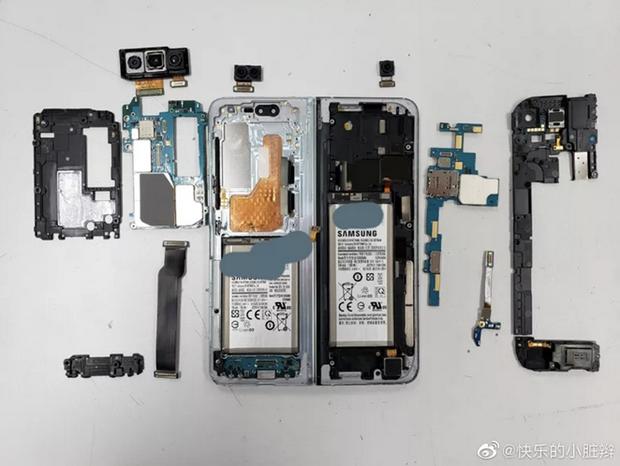'Mo may' Samsung Galaxy Fold, phat hien ben trong rat lon xon hinh anh 3