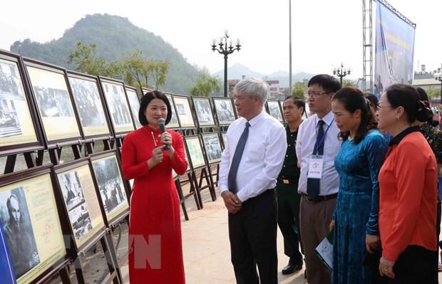 Các vị lãnh đạo tỉnh Sơn La và các đại biểu tham quan triển lãm ảnh 'Bác Hồ với nhân dân các dân tộc Tây Bắc.' (Ảnh: Nguyễn Cường/TTXVN)