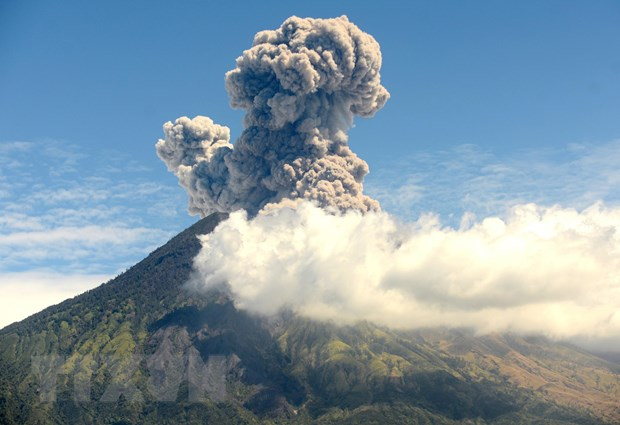 Indonesia: Nui lua Agung lai thuc giac, phun tro bui cao toi 2.000m hinh anh 1