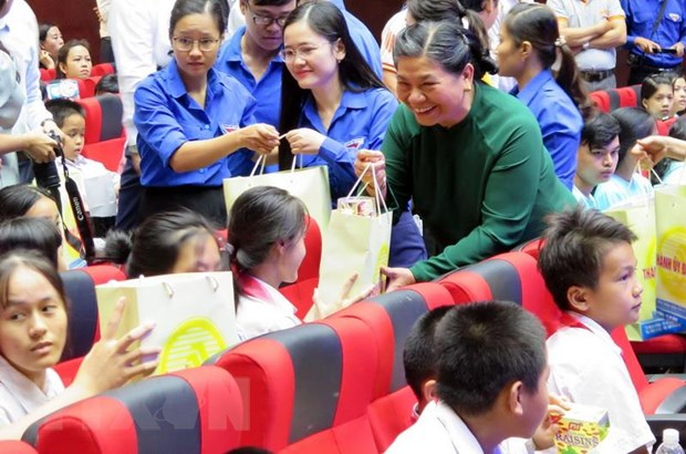 Pho Chu tich Thuong truc Quoc hoi tang qua cho tre em kho khan Da Nang hinh anh 1