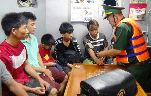 Quang Binh: Cuu 6 ngu dan va 2 chau be tren tau ca bi chim tren bien hinh anh 1