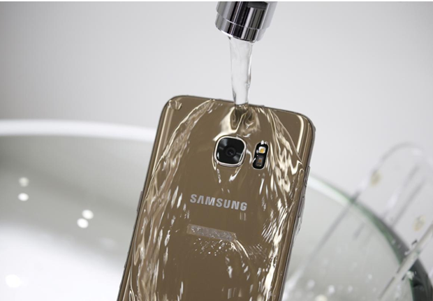 Samsung bi kien o Australia vi quang cao dien thoai Galaxy chong nuoc hinh anh 1
