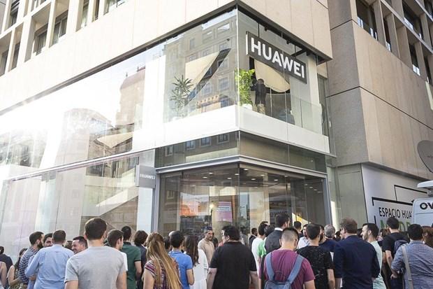Huawei mo cua hang lon nhat ben ngoai Trung Quoc o Tay Ban Nha hinh anh 1