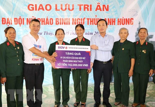 Ban Bien tap tin Kinh te-TTXVN tri an Dai doi nu phao binh Ngu Thuy hinh anh 1