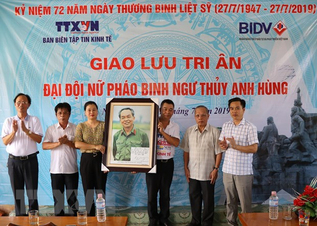 Ban Bien tap tin Kinh te-TTXVN tri an Dai doi nu phao binh Ngu Thuy hinh anh 2
