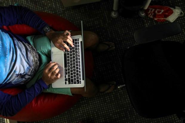 My cam mot so mau may tinh MacBook Pro cua Apple tren cac chuyen bay hinh anh 1