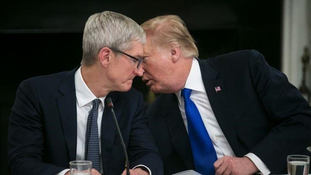 Khen Apple dau tu nhieu tien o My, ong Trump moi CEO Tim Cook an toi hinh anh 1