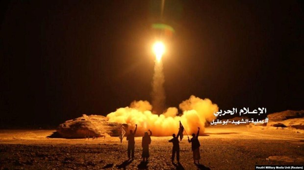 Yemen: Houthi phong 10 ten lua nham vao san bay cua Saudi Arabia hinh anh 1