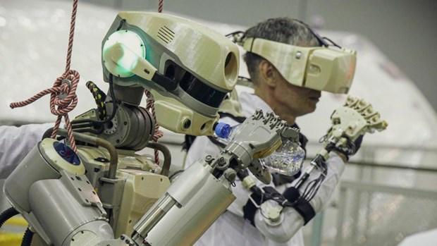 Robot dau tien tren khong gian cua Nga
