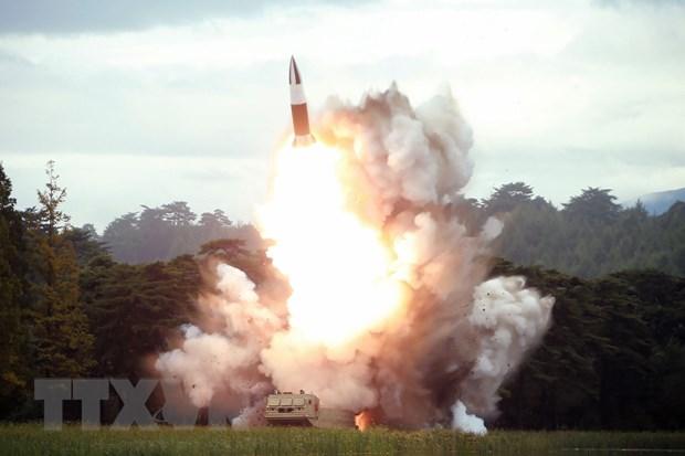 Ảnh do Hãng thông tấn Trung ương Triều Tiên KCNA đăng phát ngày 17-8-2019: Một vũ khí kiểu mới, có thể là tên lửa tầm ngắn, được Triều Tiên phóng thử nghiệm tại địa điểm bí mật ngày 16-8-2019. Nguồn: AFP/TTXVN