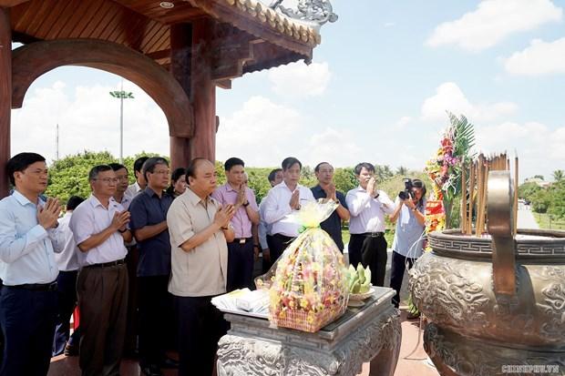 Thu tuong dang huong tuong nho anh hung liet sy tai Thanh co Quang Tri hinh anh 1