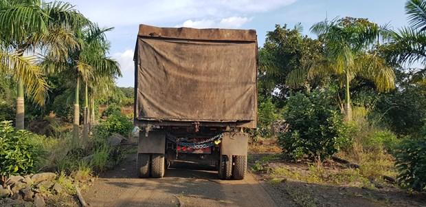 Bat qua tang xe container do trom hang chuc tan chat thai ran nguy hai hinh anh 1