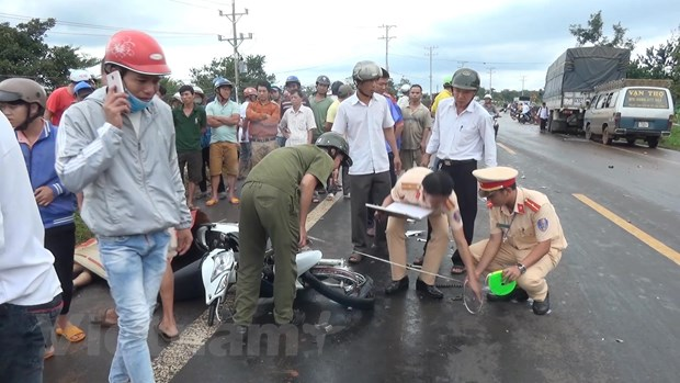 Binh Phuoc: Xe may dam truc dien xe tai, 3 nguoi thuong vong hinh anh 1