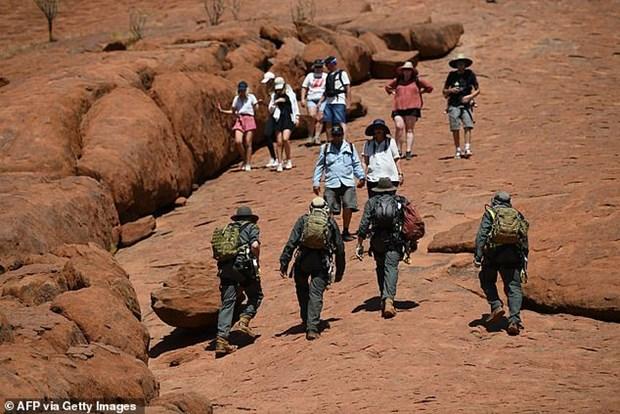 Du khach do xo len nui thieng Uluru o Australia truoc khi bi dong cua hinh anh 1
