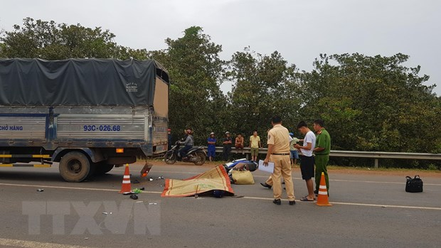Binh Phuoc: Xe may dam vao duoi xe tai, 2 nguoi thuong vong hinh anh 1